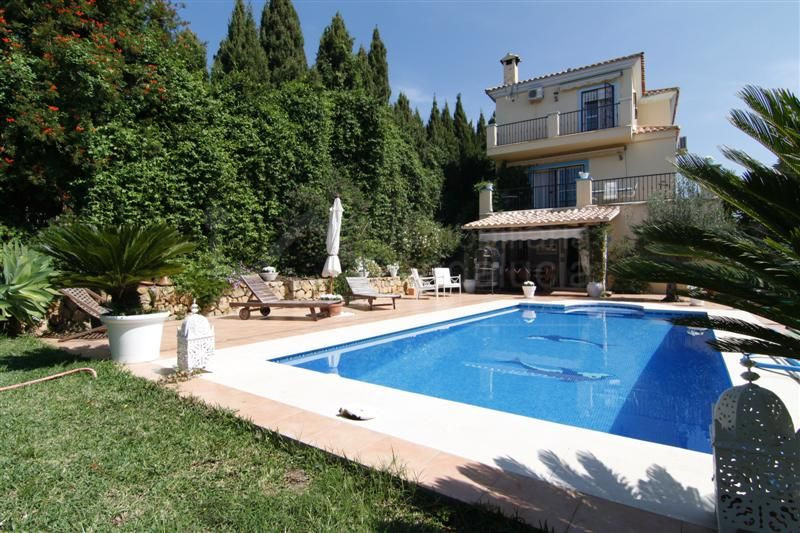 4 bedroom villa with beautiful garden for sale in Arena Beach, Estepona