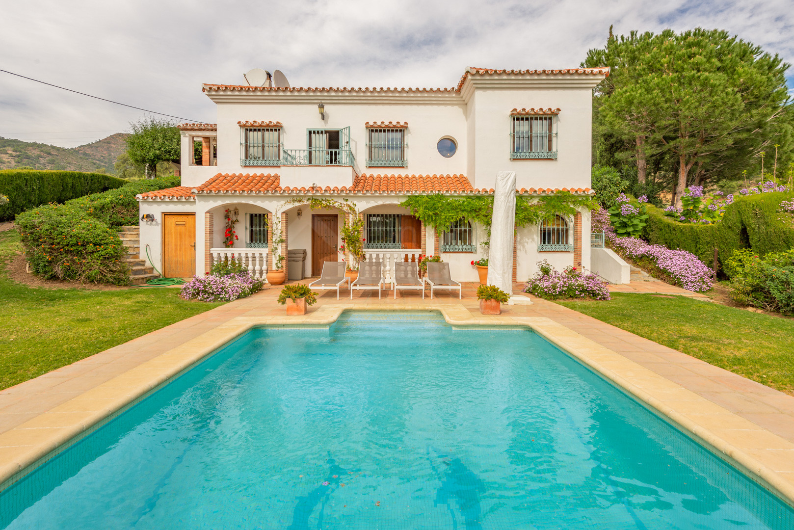 Very private 4 bedroom country villa for sale in La Acedia Casares