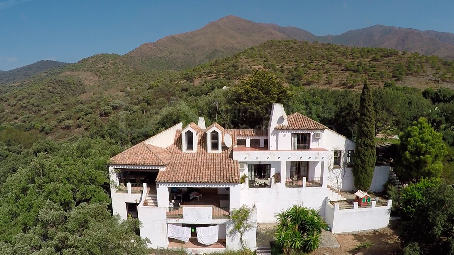 Charming country property with extensive plot adjoin ideal for equestrian facilities in Casares