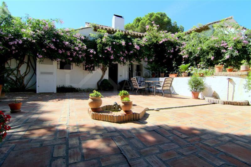 Beautiful 4 bedroom country villa for sale in Los Reales Estepona