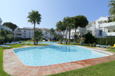 Estepona, 2 bed Ist floor apartment for sale by the beach for sale El Presidente Estepona