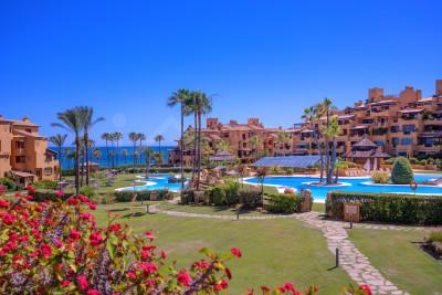 Estepona, Moderno apartamento en primera línea de playa en venta, en Los Granados del Mar, Estepona