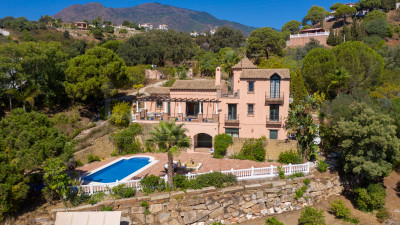 Estepona, Four bedroom country villa for sale with elevated sea views in Los Reales, Estepona