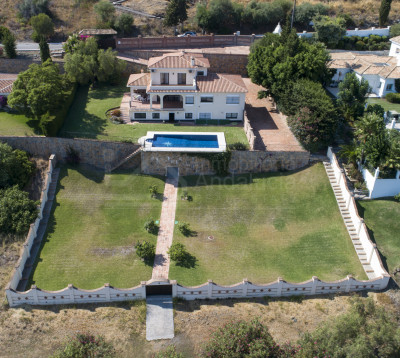 Estepona, Large frontline golf villa for sale situated in El Paraiso, Estepona.