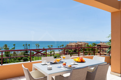 Estepona, Enjoy the sea breeze from this stunning frontline beach 2 bed- penthouse in Riviera Andaluza- Estepona
