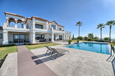 Benahavis, Appealing and luxury 5 bedroom villa with superb views for sale in Los Flamingos, Estepona