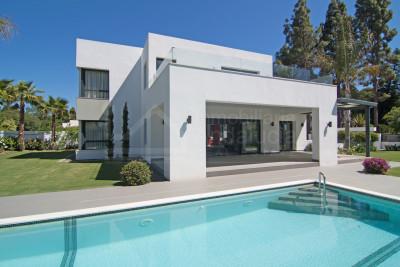 Estepona, New contemporary 4-bed beach villa for sale in Paraiso Barronal Estepona