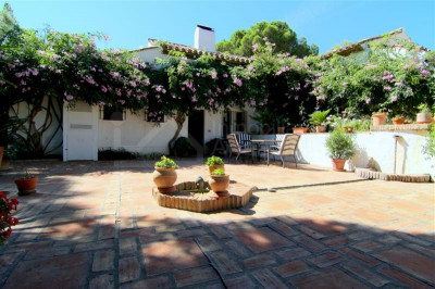 Estepona, Beautiful 4 bedroom country villa for sale in Los Reales Estepona