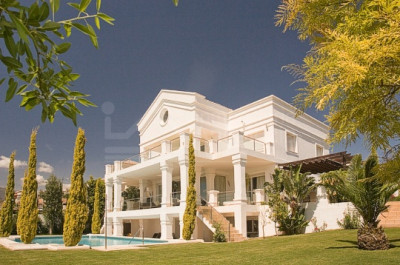 Benahavis, Stunning lakeside villa for sale in Los Flamingos Golf Benahavis