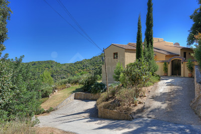 Casares, Country house with large plot and fantastic views for sale in Casares