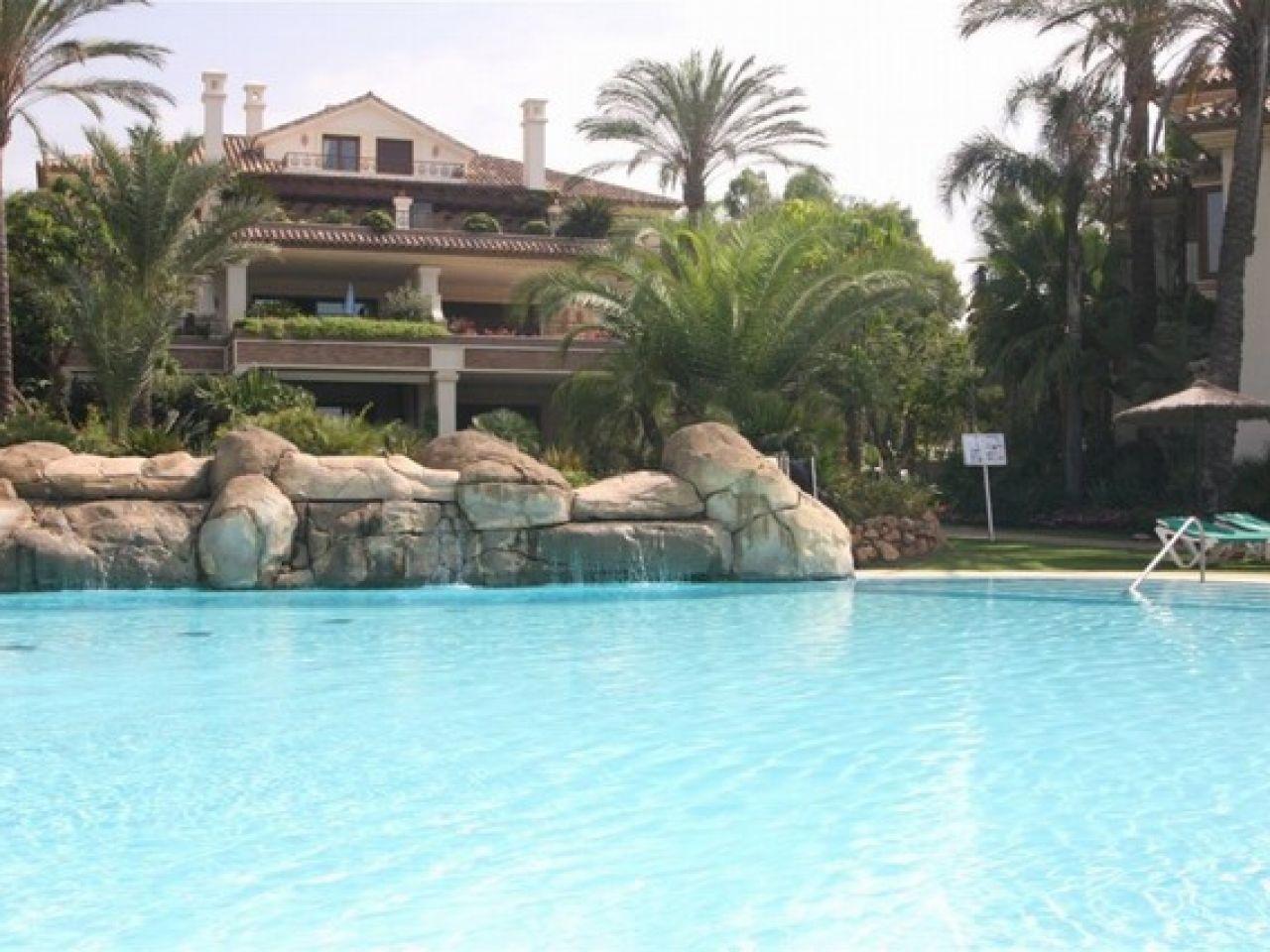 Apartment for Sale and Rent in Los Monteros Playa, Marbella Este