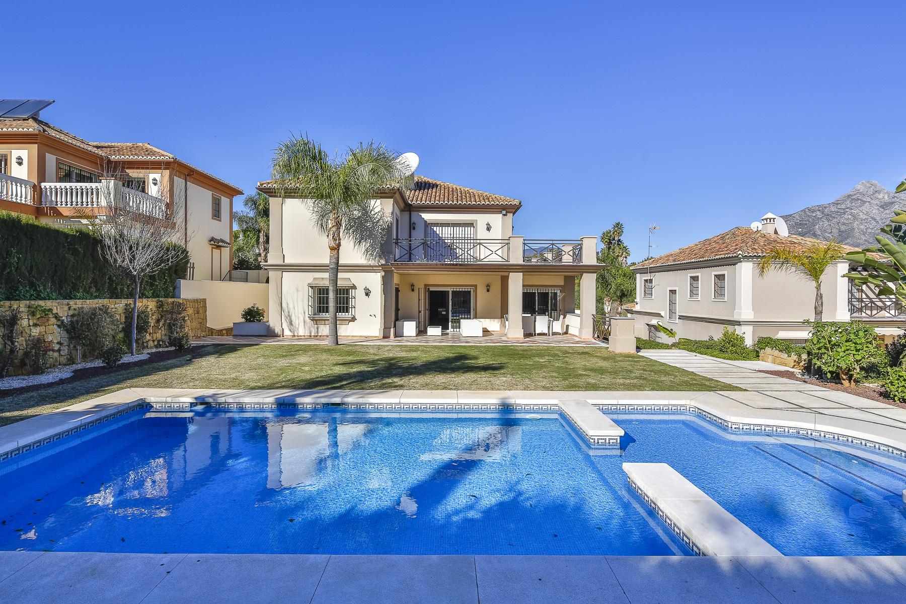 Villa for Sale in Atalaya de Rio Verde, Nueva Andalucia